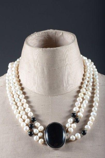 Collier à trois rangs de perles d'eau douce...