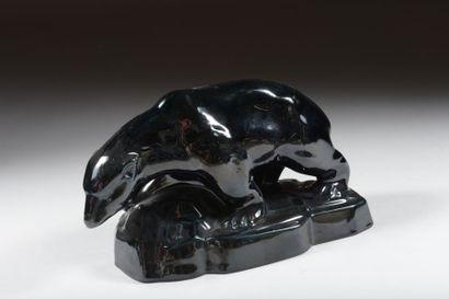 Ours marchant sur un rocher en céramique...