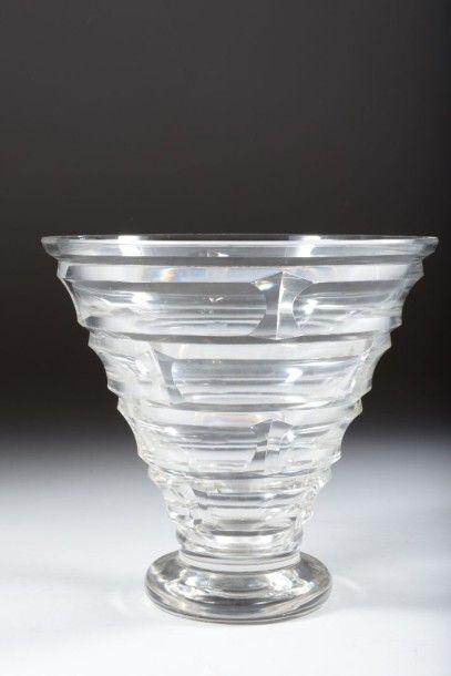 BACCARAT Vase conique sur piédouche en cristal...