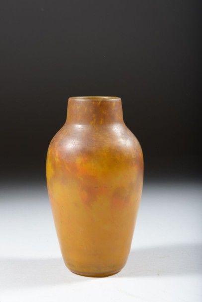 Vase en verre marmoréen à décor jaune et...