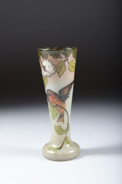 Vase en verre émaillé à décor d'oiseau branché...