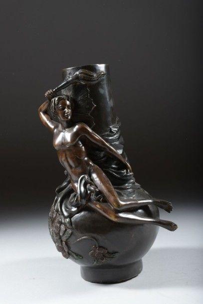Vase en bronze à décor d'un homme portant...