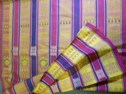 Beau Sarong tissé soie, Asie du Sud Est, 2ème moitié du XXème siècle. Tissage manuel...