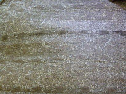 Kimono court, Japon, vers 1920. Crêpe de soie imprimé de fleurons dans de petites...