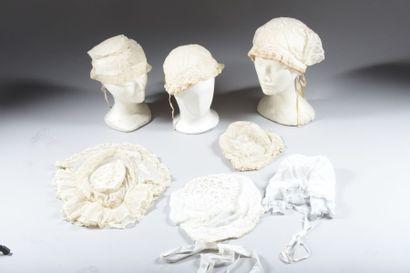 Sept coiffes régionales dont tourangelles en linon brodé et dentelles. On joint...