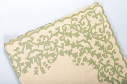 Couvre-lit en laine orné de rinceaux verts à bordure chantournée. 288 x 256 cm