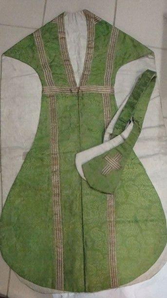 Chasuble et son étole, Espagne, XVIIe siècle. Damas de soie vert à fleurons Renaissance,...