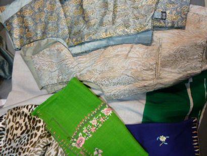 Réunion dequatre accessoires soie et Cachemire,...