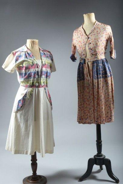 Deux robes d'été vers 1940. L'une coton imprimé...