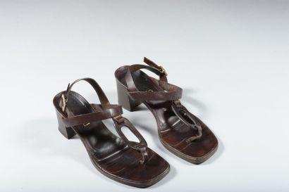 GUCCI. Paire de sandales en lanière de cuir...