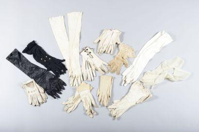 Boite contenant 13 paires de gants de jour...