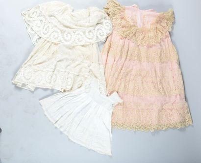 Réunion de vêtements d'enfants, fin du XIXème siècle. Robe de baptême en tulle et...