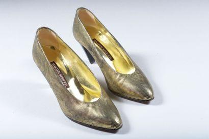 Paire d'escarpins en cuir or à talon noir,...