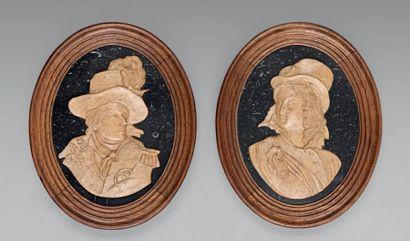 Paire de médaillons ovales en marbre sculpté:...