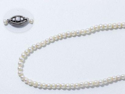 Collier composé d'une chute de 140 perles...