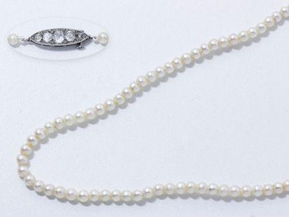 Collier composé d'une chute de 139 perles...