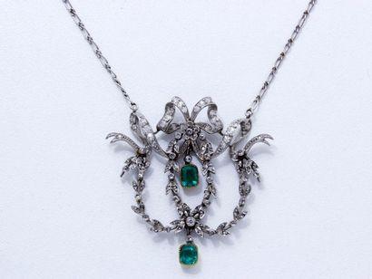 Délicat collier en platine retenant un charmant...