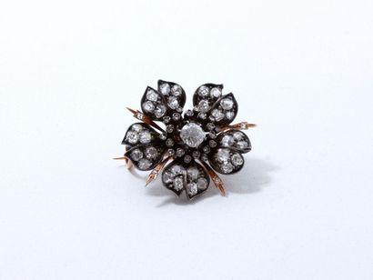 Broche en argent et or 18 K habillée de diamants taille ancienne et de roses couronnées,...
