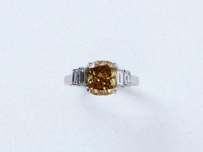 Bague en or gris 18 K, ornée d'un diamant...