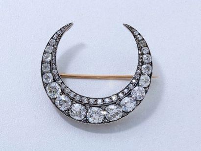 Belle broche croissant de lune en or 18 K...