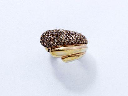 Bague en or 18 K, ornée d'un pavage de diamants...
