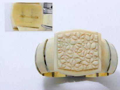 Rare bracelet articulé, centré d'un motif...