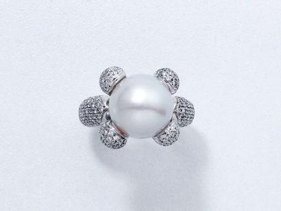 Bague en or gris 18 K, centrée d'une perle...