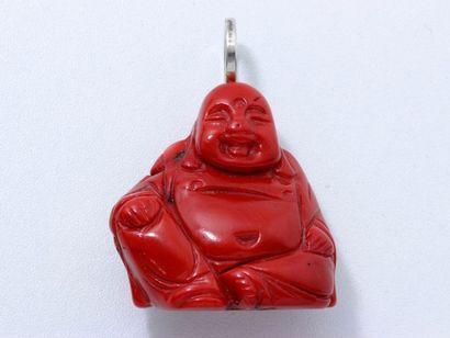 CHRISTIAN DUC Important pendentif Bouddha en corail teinté gravé, la bélière en argent....