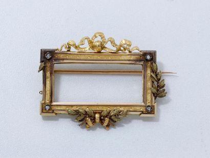 Broche 2 tons d'ors 18 K, stylisant un cadre...