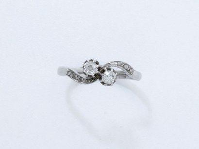 Bague toi et moi en or gris 18 K, ornée de diamants taille ancienne en serti griffe,...