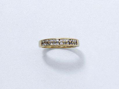 Bague en or 18 K, ornée de lignes de diamants...