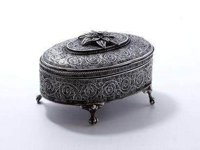 Boîte ovale en argent à 4 pieds griffes,...