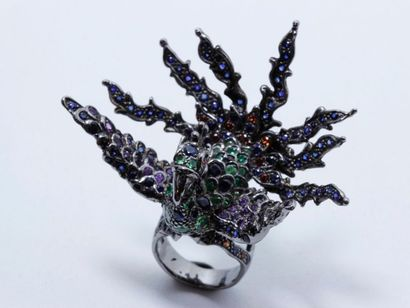 Bague en argent noirci, figurant un phoenix, le corps pavé de pierres précieuses...