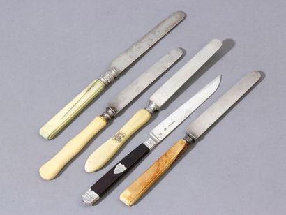 Lot de 70 couteaux à fruits de 9 modèles...
