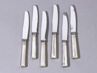Série de 6 couteaux de table, les manches...
