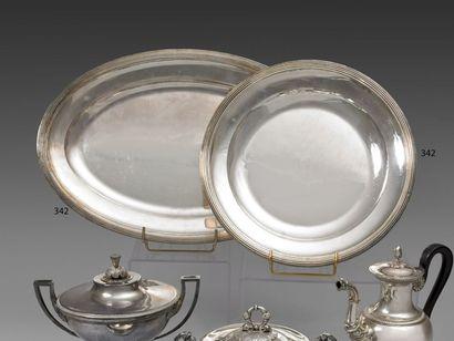Plat ovale et plat rond en argent à moulures...