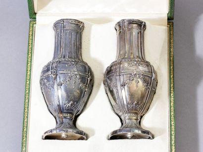 Paire de vases balustres en argent, les piédouches...