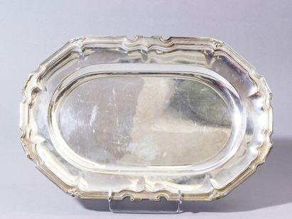 Plat ovale en argent, la bordure moulurée...