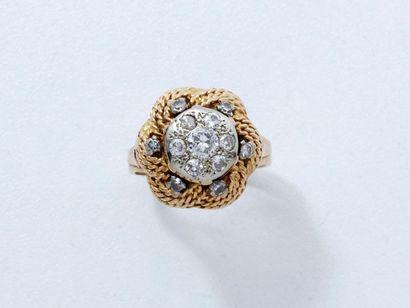 Bague dôme en or 18 K tressé, centrée d'un motif bouton en or gris 18 K ponctué...