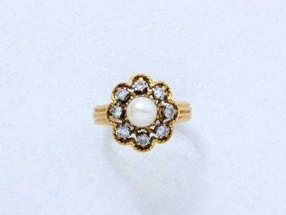 Bague en or 18 K, ornée d'une perle de culture d'environ 6.2 mm dans un entourage...