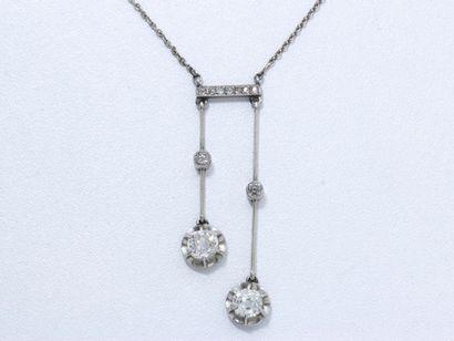 Collier négligé en or 18 K et platine, orné d'une barrette ponctuée de roses diamantées...