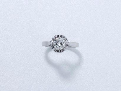 Bague solitaire en or gris 18 K, ornée d'un diamant brillanté en serti griffe. Poids...