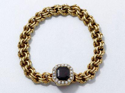 Bracelet en or 18 K, centré d'un grenat octogonal...