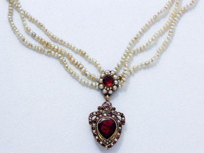 Délicat collier composé de 3 rangs de perles...