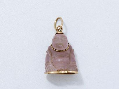 Pendentif en or 18 K, retenant un Bouddha en quartz rose gravé. Travail asiatique.(en...