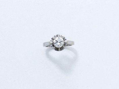 Bague solitaire en or gris 18 K, ornée d'un diamant brillanté en serti griffe. Travail...