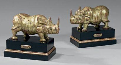 Importante paire de rhinocéros en bois sculpté....
