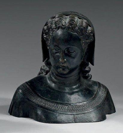 Buste en bronze patiné représentant une jeune...