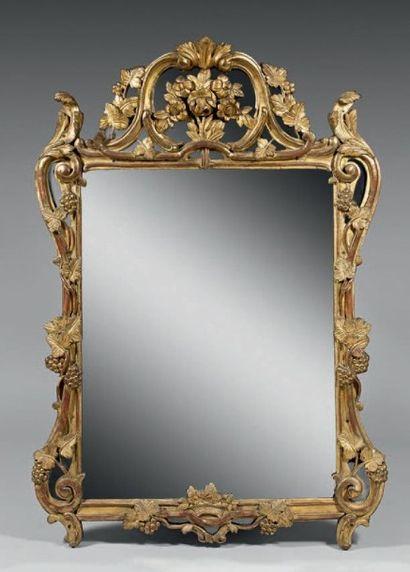 Miroir dans un cadre en bois sculpté et doré;...