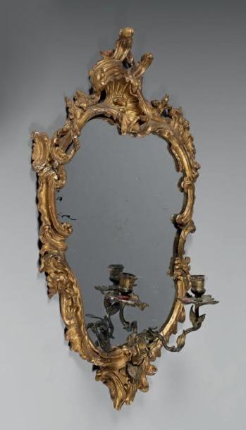 Glace dans un cadre en bois sculpté et doré...